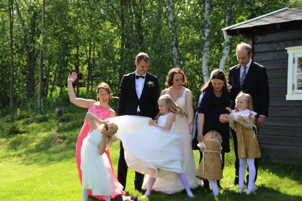 Brudepar, familie og forlover