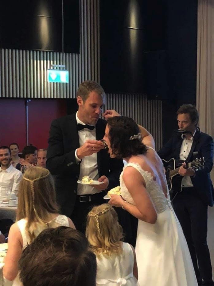 Brudekake serveres med musikk